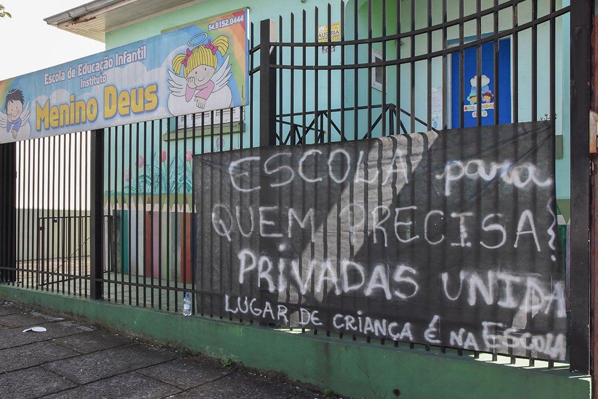 Árvores são cortadas em frente a Secretaria do Meio Ambiente de Barros Cassal